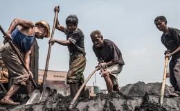 实拍钢厂民工生存现状: 一人卸300吨货每吨6毛