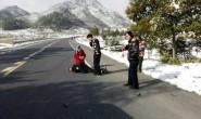 正能量!-8℃民警脱外套给伤员 自己冻得发抖