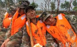 连续奋战25小时 舟桥旅官兵拿着面包睡着了