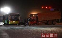 北京大兴渣土车拦腰撞上公交 2名乘客身亡(图)