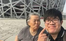 90后男孩用轮椅推78岁奶奶来北京旅游