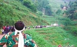 云南村官去世近3000村民送别 义务护路20年
