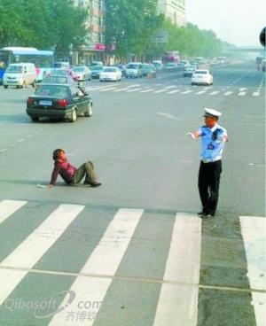 为让残疾人安全通过,交警拦下绿灯通行车辆