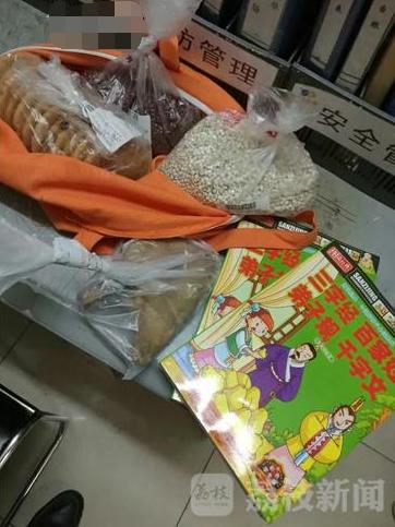 母亲从超市偷书当儿童节礼物 送给病重女儿