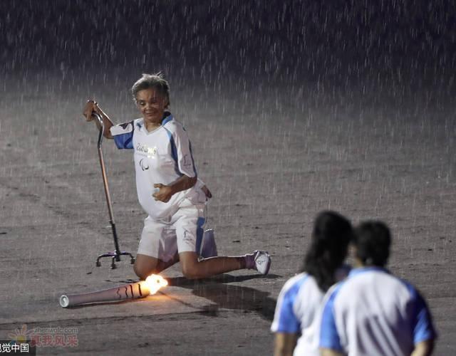 她雨中摔倒甩飞奥运火炬却感动世界