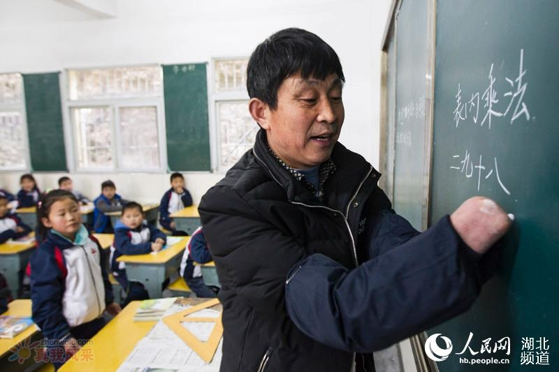 无手教师三尺讲台写爱 25 载 教出 5000 余名学生