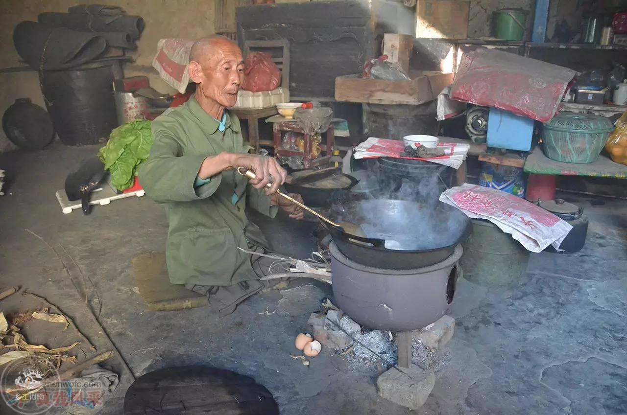 河南老人靠双手行走 40 余年 赡养母亲照顾残弟