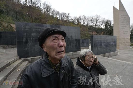 看碎人心!老人在遇难者纪念墙找到那个名字后痛哭